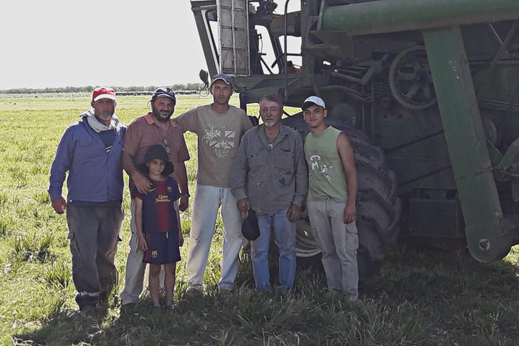 """Vecinos de Hersilia junto a """"Payo"""" Orlanda (segundo de la derecha), el cosechero que los ayuda en todo. 2019. Foto: Violeta Pagani."""