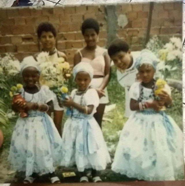 crianças vestidas de roupa branca tradicional