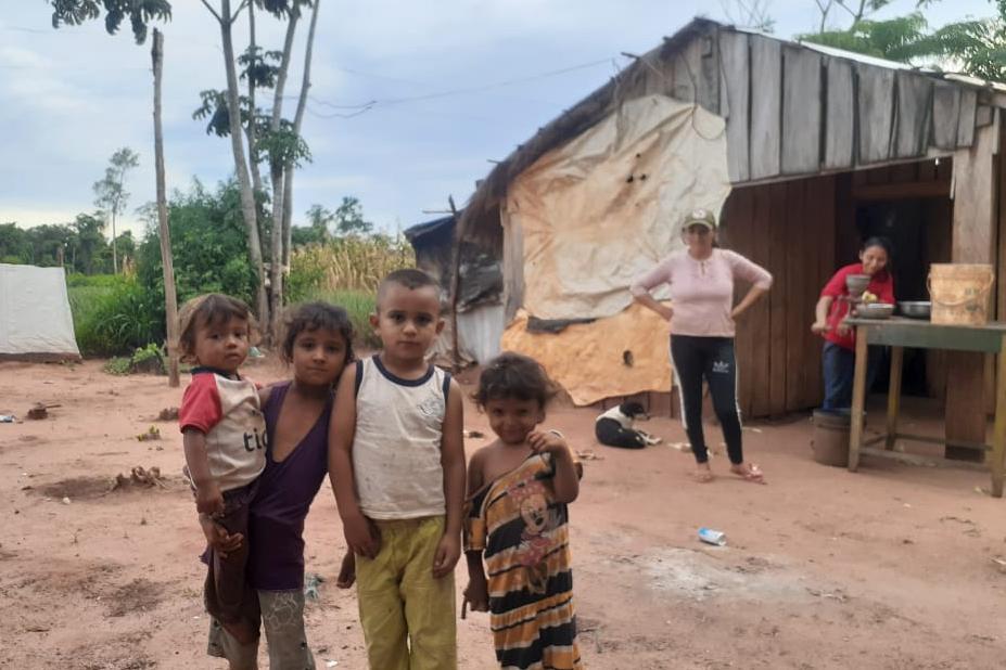 La realidad habitacional de los trabajadores rurales es precaria. Las casas son de madera, chapa y están cubiertas con lonas.