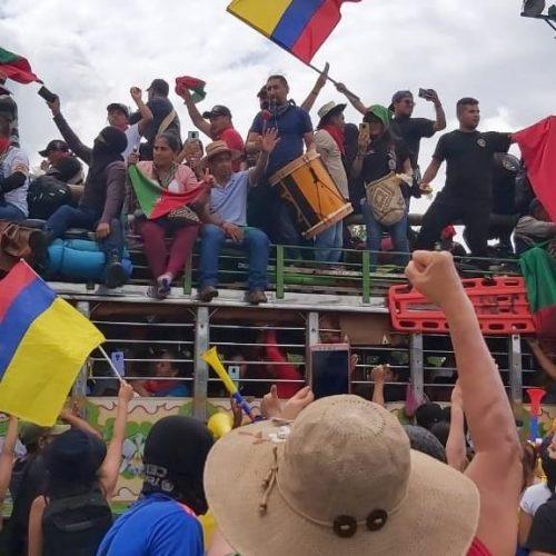 En Chivas, colectivos populares de Colombia, se transportan indígenas nasas del CRIC