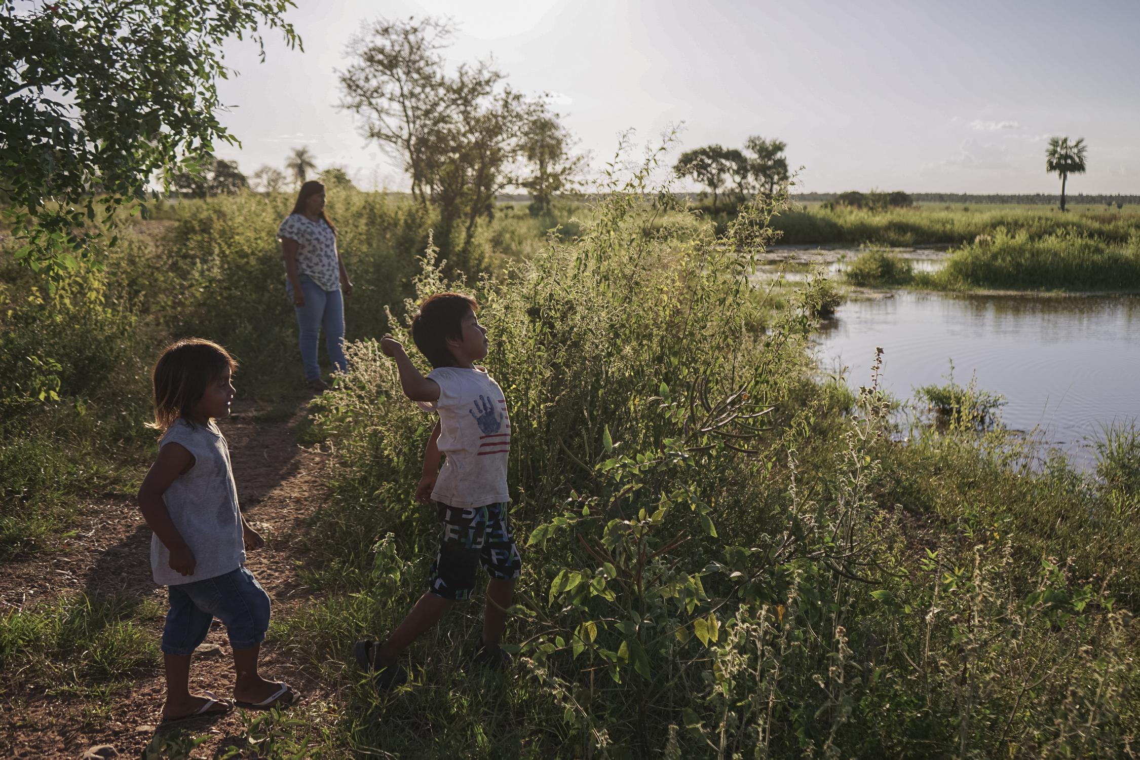 crianças perto de lago