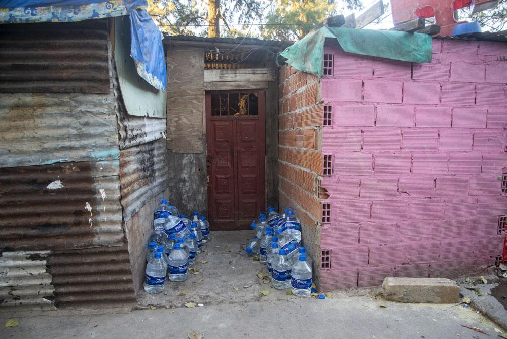 Bidones de agua que se amontonan vacíos. Foto: Guido Piotrkowski