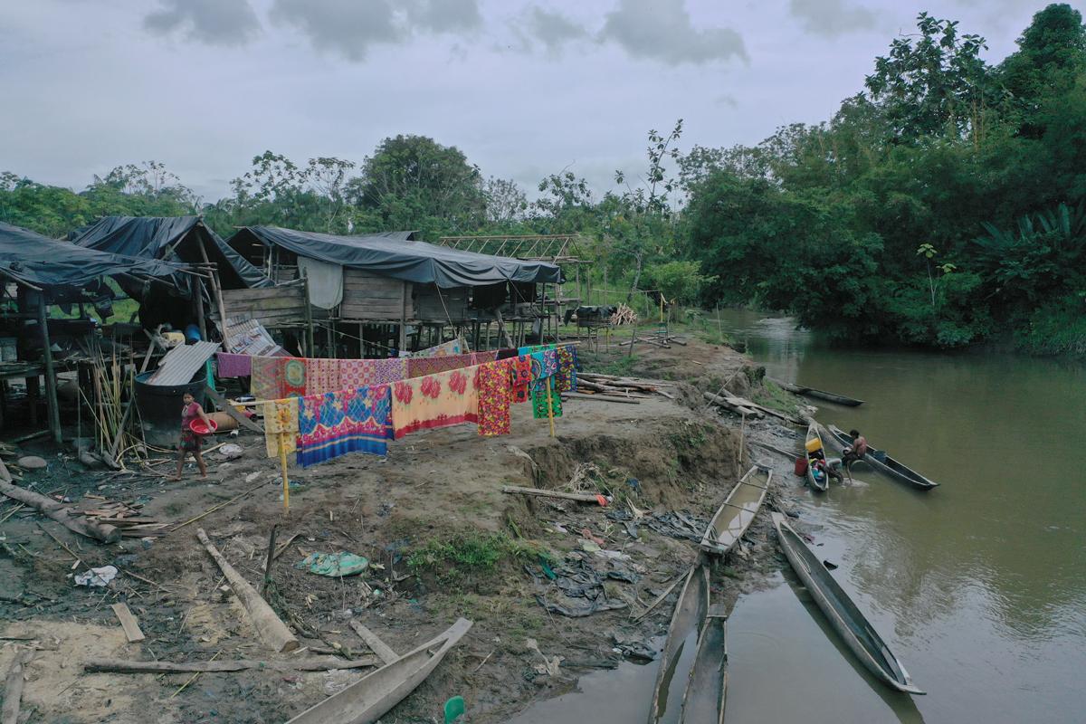 Comunidad emberá en riberas del Atrato, departamento del Chocó. Foto: Miguel Tovar