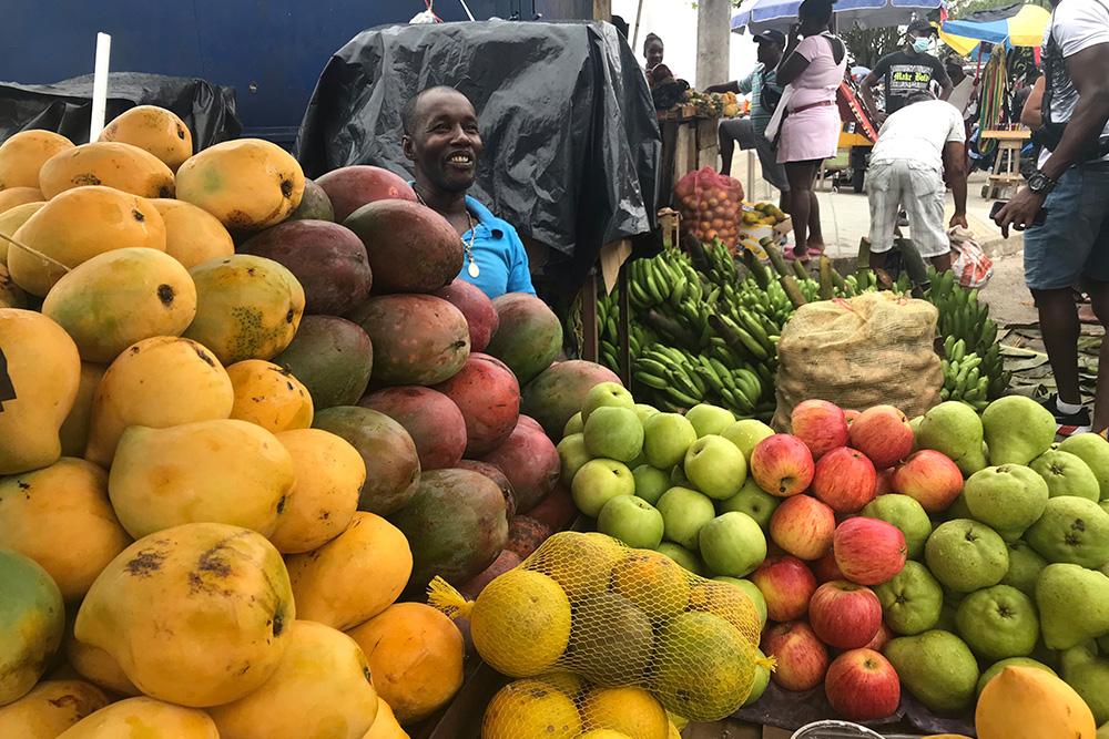 Por agua llegan las frutas que alimentan al Chocó. Foto: Paula Mónaco Felipe