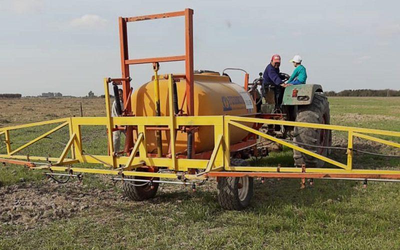"""""""Mosquito agroecológico"""", una de las máquinas con las que trabajan los Vecinxs Autoconvocadxs de Hersilia. En lugar de aplicar agrotóxicos, esta máquina aplica biopreparados naturales. Foto: Violeta Pagani."""